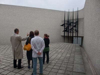 Yves Lescure, Kathy, Stefan und Josephine am Memorial des Martyrs de la Deportation